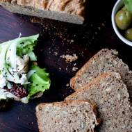 Pełnoziarnisty chleb graham z ziarnami słonecznika i pestkami dyni na maślance