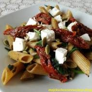 Makaron ze szpinakiem, fetą i suszonymi pomidorami