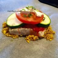 Ryba z ajwarem, cukinią i pomidorem, pieczona w papilotach