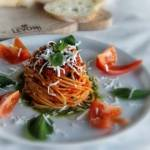 Włoski makaron z sosem pomidorowym i pesto