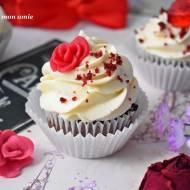 Babeczki Red Velvet z kremem waniliowym i marcepanowymi różami
