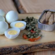 Pasta z jajek z sardynkami i kaparami