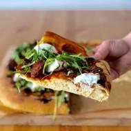 Pizza z chorizo, serem kozim i rukolą