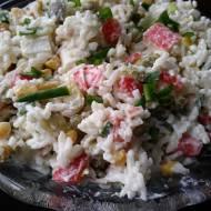 Sałatka z paluszkami krabowymi z ryżem i ogórkiem