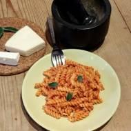 Szybki makaron w śmietanowo-pomidorowym sosie