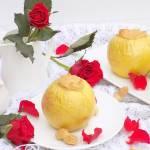 Pieczone jabłka z kaszą manną i masłem orzechowym.