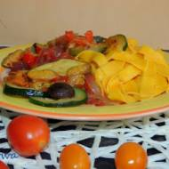 Makaron z warzywami i grzybami leśnymi