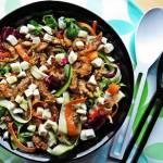 Sałatka z kurczakiem, mozzarellą i makaronem warzywnym