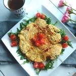 Omlet z pomidorkami i rukolą