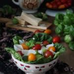 Sałatka z brukselką, parmezanem i pomidorami, z oliwą o octem balsamicznym