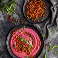 Hummus z burakiem i pieczoną, pikantną ciecierzycą
