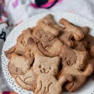 Kruche łaciate ciasteczka z mąką orkiszową i karobem na Dzień Kota 2018