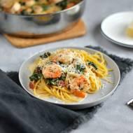 Spaghetti z krewetkami, szpinakiem, suszonymi pomidorami w sosie śmietanowym