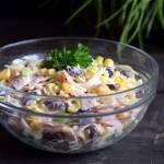 Sałatka z szynką, serem, porem i kukurydzą