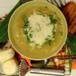 Zupa cebulowa z ziemniakami w tle.