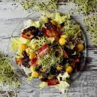 Sałatka z boczkiem, łubinem i czarną quinoą