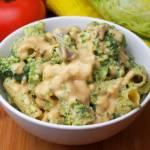 Makaron z brokułem i boczniakami w sosie orzechowym