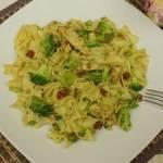 Makaron z brokułem i kurczakiem – przepis na pyszny obiad z makaronem i brokułem