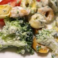 Sałatka z tortellini i brokułami z sosem jogurtowym