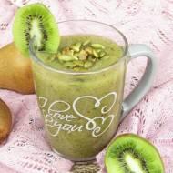 Zielony koktajl z kiwi, gruszki i natki