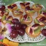 Kruche babeczki z masą kajmakową i owocami