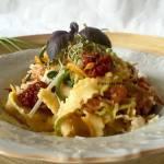 Makaron z suszonymi pomidorami, marchewką ,cukinią i szynką parmeńską -w sosie maślanym