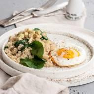 Szybki lunch z komosą ryżową i szpinakiem