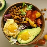 Bezgrzeszne śniadanie: misa mocy z jajkami na chmurze