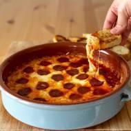 Gorący dip serowy z chorizo i czosnkowymi grzankamI