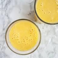 Tropikalny koktajl z mango ananasem i pomarańczą.