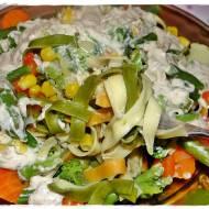 Makaron z warzywami na parze z sosem serowym