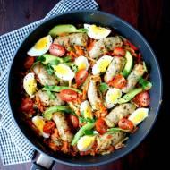Warzywa duszone z białą kiełbasą , z jajkiem i awokado