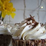 Mini serniczki czekoladowe z frużeliną truskawkową  i bita śmietaną