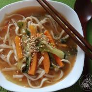 Koreańska pikantna zupa z makaronem