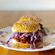 Burgery z szarpaną wieprzowiną i purpurowym coleslawem