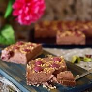 Ciasteczkowa tarta z czekoladowym musem i wiśniami (bez pieczenia)