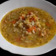 Zupa z kapusty włoskiej z białą fasolką