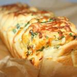 Rwany chlebek czosnkowy z mozzarellą