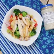 Kolorowa sałatka z grillowanym kurczakiem
