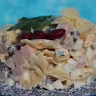 Makaronowa sałatka z szynką i czerwoną fasolą