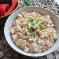 Sałatka z kurczakiem wędzonym i selerem sałatkowym.