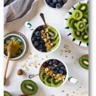 Śniadaniowa owsianka bez gotowania z jogurtem, owocami, orzechami i miodem