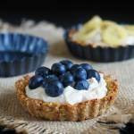 Owsiane tartaletki z lekkim kremem orzechowym i owocami. Zdrowy deser lub śniadanie.