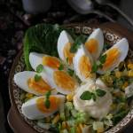 Jajeczna sałatka z selerem naciowym, kukurydzą i rzymską sałatą