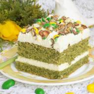 Ciasto ze szpinakiem, kremem i kolorowymi cukierkami.