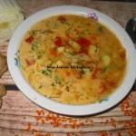 Zupa z kapustą pekińską, czerwoną soczewicą i pomidorami