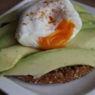 kanapka z awokado i jajkiem w koszulce