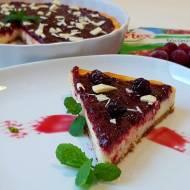 Tarta sernikowa z białą czekoladą i polewą wiśniową