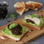 Tosty z pastą czosnkową z awokado, gruszką i suszonymi pomidorami w oliwie