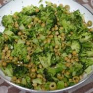 Szybki i lekki obiad z brokułem i cieciorką z patelni
